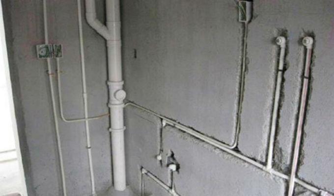 水管布局一、水管改造常见方法 1、明管改暗道 明管改暗管,把水管埋进去,为了美观。 2、加装热水管 加装热水管。用燃气热水器的家庭,引长管线到卫生间;用电热水器的家在卫生间和厨房分置热水器,分别就近接热水管。注意:PPR管分冷热水管,相应的管壁和耐压程度是不同的,热水管管壁厚。 3、更改水表位置 更改阀门水表位置,水管总阀门改低位,甚至包起来,这给日后维护和工作带来了一定的隐患,推荐:将水总阀门放在一个比较好的开放的位置。如台面上,阀门后的管道再做低位处理;洗衣机移地或水龙头引阳台将来洗墩布、浇花用;水