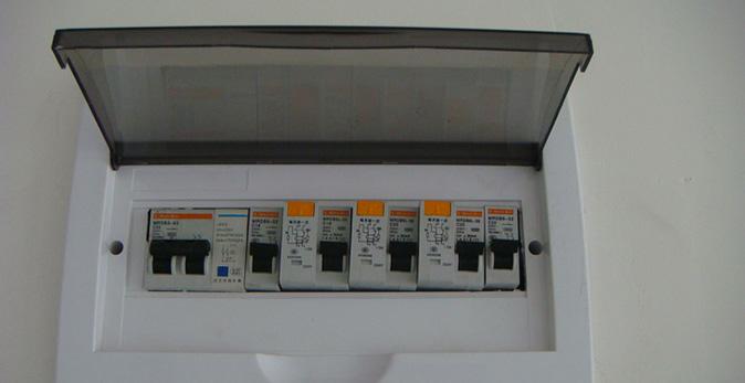 在家庭装修中,家装强电箱的开发商一般安装的都是8到12位的空开箱