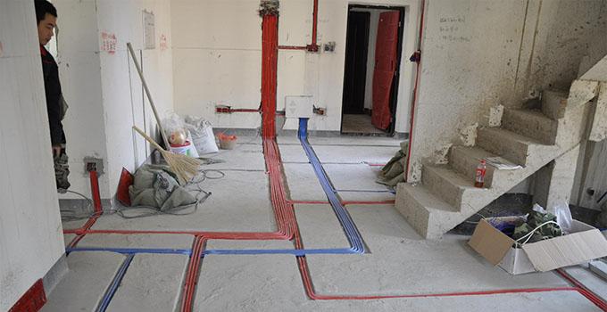 装修房子的步骤1前期设计 主要是根据自己的生活习惯设计,并且对自己的房间进行一次详细的测量,大家不要犯懒,最好亲自测量一遍,测量的内容主要包括: 明确装修过程涉及的面积。特别是贴砖面积、墙面漆面积、壁纸面积、地板面积;明确主要墙面尺寸。特别是以后需要设计摆放家具的墙面尺寸。 或者直接找装修公司的设计师上门给你测量,现在装修公司竞争激烈,很多公司都提供设计师免费上门量房服务的,然后他们会根据你的室内布局出平面设计图。 装修房子的步骤2主体拆改 进入到施工阶段,主体的填充墙拆改是最先上的一个项目