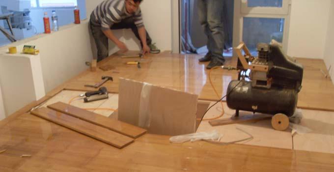 装修房子的步骤11铺贴壁纸 在地板安装的第二天,家里收拾干净了,就可以约壁纸铺贴了,顺利的话,同样是一天的时间。有条件的话,铺贴壁纸的当天,地板应该做一下保护;没条件也没关系,把清理地板上遗留的壁纸胶交给保洁也没问题。铺贴壁纸之前,墙面上要尽量做到什么都不要有。 装修房子的步骤12散热器安装 在壁纸铺好的第二天,更换散热器或者拆改散热器的可以踏踏实实的把散热器挂墙上了,同样是一天的时间。 木门地板壁纸散热器,这是一个被普遍认可的正确安装顺序,先装木门是为了保证地板的踢脚线能和木