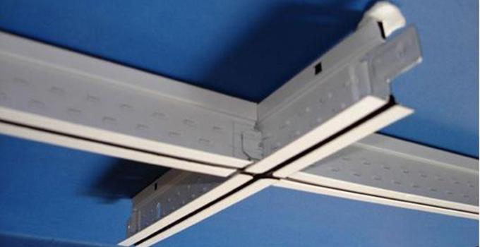 轻钢龙骨吊顶施工工艺流程 安装轻钢龙骨有着很多需要注意的小细节,因为这是关系到它们能不能长时间使用的标准。接下来就先简单的说一下有关于轻钢龙骨吊顶施工方案的流程。首先就是在房顶需要安装龙骨结构的墙体上使用弹墨线做好直线标记,把龙骨的分档水平线画出来,再把吊挂杆件完美的固定起来,接下来就是安装龙骨架子了,安装完全成以后,并不能接着使用,而且要进一步的去全面校正,等到校正完以后,那就可以安装最外面的面板层,这是起到装饰作用的关键。最后一步则是安装好压条。固定好龙骨就可以了。 轻钢龙骨吊顶施工工艺中会遇到哪些