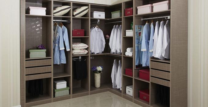 衣柜设计尺寸参考1.方便衣物分类放置 年轻夫妇的衣物是多样化的。一般将左右两边分别设置成男女方各自的储衣空间,柜体内的挂衣架通常分为长短两层分别储存大衣和上装,衬衫也可以放置于独立的小抽屉或搁板,不会因过多衣物挤压在一起而皱折难看。内衣、领带和袜子可用专用的小格子既有利于衣物保养,取物也更直观方便;毛衣可放在较深的抽屉里;裤子则用专用的挂架存放。 儿童的衣物,通常是挂件较少,叠放的衣物较多,且考虑到儿童玩具的摆放问题,最好能在衣柜设计时就考虑一个大的通体柜,只有上层的挂件,下层空置,可方便儿童随时打开柜