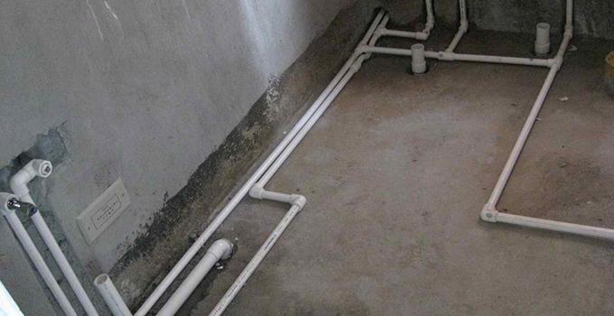 下水道安装门道多,要进行增压测试和考虑水管走向。 一、卫生间下水管道安装 1、卫生间下水管道安装后一定要进行增压测试增压测试一般是在1.5倍水压的情况下进行,在测试中应没有漏水现象。 2、卫生间下水管道在没有加压条件下的简单测试方法,但不完全可行: