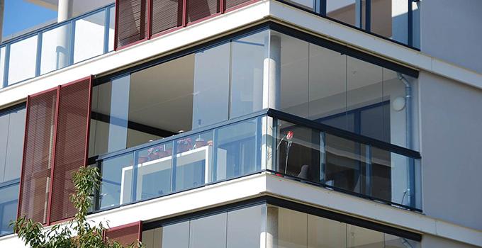 无框窗在解决圆弧形阳台的优势非常突出