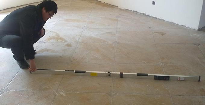 3、瓷砖铺贴如果有空鼓,那么以后很容易松动、脱落、开裂等,而且如果日后在有空鼓的瓷砖部位打孔,这块瓷砖也非常容易破碎,所以检查瓷砖是否有空鼓是验收的重要步骤:用小锤(或螺丝刀等物)敲打瓷砖的4个角以及中间部位听有没有空空的声音,如果中间有空鼓,或者边角部位有两个以上的空鼓,都最好把砖起起来重新贴。空鼓控制在总数的5%,单片空鼓面积不超过10%(主要通道上不得有空鼓)。 4、检验瓷砖的表面平整度,用两米长的大靠尺在贴好的瓷砖表面靠,允许有2mm的误差,相邻砖高差不得超过1。 5、用直角尺在瓷砖的阴阳角检验