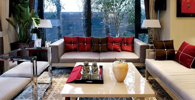 时尚简约风格装修设计元素一、沙发   客厅是表现风格的中心,而沙发是客厅最主要的家具,现代简约风格最求简单,所以选择一款简单线条感强的沙发通常是现代简约风格的主要手法。金属、简约线条和玻璃是简约风格家居里面常见的元素,所以在沙发的配套茶几选择上纯玻璃的、玻璃配上金属的、木质配上金属结合的都不错,时尚简洁。   时尚简约风格装修设计元素二、布艺   简约风格适合用布艺来体现,一般适合用几何图案或者简单大方的线条图案等,地毯选择一色的或者带有几何图案的色块比较分明的来搭配,窗帘选择一色或者带有几何图案的
