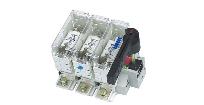 2、负荷开关和隔离开关的区别二 负荷开关和隔离开关的区别第二点就是负荷开关有灭弧装置,而隔离开关没有这样的装置,那么有没有这个灭弧装置又有什么不一样呢?所谓的灭弧装置就是为了能够更好的帮助到开关电器的断开以及闭合,还能够有效的限制电弧,帮助电弧熄灭。有这样的一种灭弧装置,对开关电器来说就比较安全一些。所以大部分的开关电器里面都是由灭弧装置的。特别是家庭用的开关电器。 3、负荷开关和隔离开关的区别三 负荷开关和隔离开关的作用不同,这就是负荷开关和隔离开关的区别之一。隔离开关因为没有灭弧装置,所以只能应用于