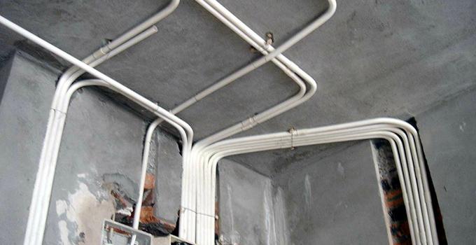 四周无缝隙,厨房,卫生间内及室内及室外安装的开关应采用带防溅盒的