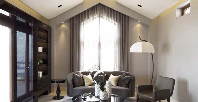 客厅窗帘怎么选择肯定会影响客厅的整体格局,所以对于客厅窗帘选择显得尤为重要,我们在选择的时候一定要多多注意哦,接下来兔狗小编就来跟大家讨论下关于客厅窗帘怎么选择问题。    客厅窗帘诉求环境的素雅大方、宽敞和光线明亮,色彩应与墙壁、家私等相协调,建议采用中间色调。在家装的风格上,又可分为中式、欧式、休闲三大主题。客厅窗帘款式上多见悬挂、对开、落地式样,外帘饰窗纱,里帘采用半透明的窗帘布效果好,配以帘幔,附以窗樱、饰带等进一步修饰,效果更好。   客厅窗帘春秋季节以米色、淡墨绿、枯