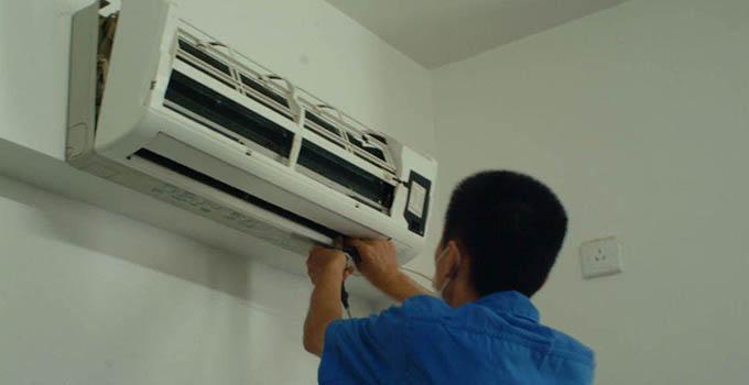 空调拆装之如何拆: 一、拆室内机 1、制冷剂回收后,可拆卸室内机,用扳手把室内机连接锁母拧开,用准备好的密封钠子旋好护住室内机连接接头的丝纹,防止在搬运中碰坏接头丝纹。 2、再用十字起拆下控制线,同时应做标记,避免在安装时接错,如果信号线或电源线接错,会造成外机不运转,或机器不受控制。 3、内机挂板一般固定的比较牢固,卸起来比较困难;卸完取下挂板,置于平面水泥地再轻轻拍平、校正。