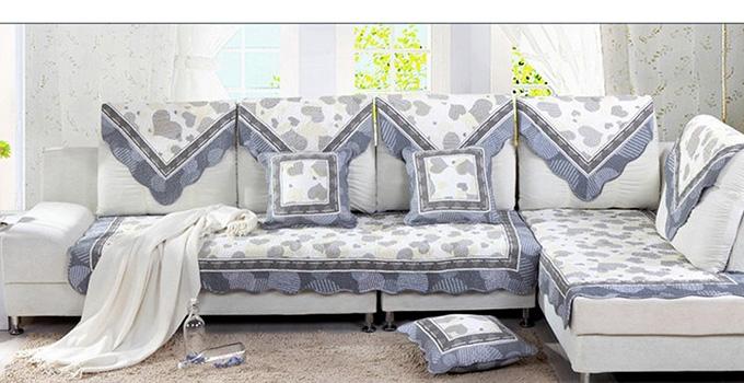 常常被应用在家居装饰中,它作为小小的布艺装饰物,却能能使你的居室给人一种画龙点睛的美感。客厅中的沙发垫,只要色彩、造型、图案和室内摆设环境相协调,也可营造出不同的风格和气氛。而沙发垫的风格很多样,今天兔狗小编就来给大家讲讲欧式沙发垫价格是怎么样的。同时也给大家准备了一些欧式沙发垫图片供大家欣赏。  沙发垫虽小但是却起着重要的作用,下面就让我们一起来了解欧式沙发垫的知识吧。 欧式沙发垫图片一  什么是沙发垫 沙发垫又叫沙发巾,就是直接铺在沙发上长沙的垫子,主要用途是用来包裹沙发。沙发本身很容易落灰弄脏,加