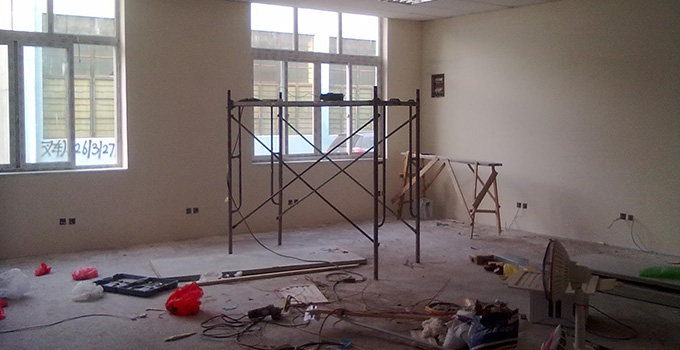 7、上面漆:也就是一般用漆,用木棍将涂料搅拌均匀后再使用。 8、刷漆:涂刷的程序上从天花板开始再往下刷,才不至于造成由天花滴落的油漆弄花了自己已完成的墙面。 墙面翻新注意事项: 五年以上的耐水腻子由于材料老化,在二次装修时必须铲除至墙底,否则会影响今后墙面乳胶漆的施工质量和装修后的长期使用效果。 老房子的通风条件较差,稀释剂中的二甲苯成分会与乳胶漆中的成分发生化学反应,导致墙面泛黄。所以要加强通风,实在不行,要放置几台电风扇以加强通风效果。 关于墙面翻新步骤和墙面翻新注意事项兔狗小编就先为大家分享到这里