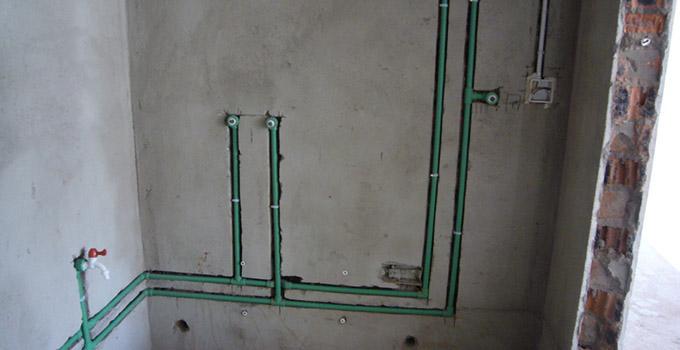 下面就让我们一起来看看房屋水电改造注意事项有哪些的详细内容吧。 水电改造图必不可少 水电改造说起来是小工程,但事关整个室内装修效果,因为不可草草了事。不管您是找正规的装修公司,还是找专门的施工队来做水电改造,都应该要求对方出示针对您的房型专门设计的水电改造图(如下图所示)。同时,水电改造图使用之后也不要丢弃,万一未来发现水电改造出现了问题,还需要依据水电改造图来进行维修。