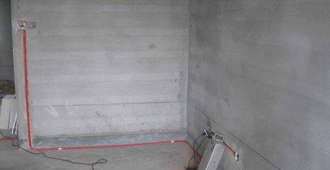 5、封槽 封槽主要是固定暗盒和PVC管,固定暗盒要求与墙面持平,要在同一水平线上;PVC管要求每隔一米就有一次固定,封槽后的墙面、地面都不得高于原始平面。 二、房屋装修水电改造注意事项 房屋装修水电改造注意事项1、客厅电路改造 电线的位置需要事先考虑好,做好预留工作,一般来说,就在沙发的边沿处欲留电话线口,在户门内侧欲留门铃线口,饮水机、