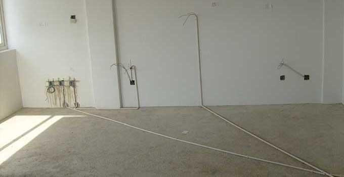 毛坯房水电改造1、在施工过程中,尽量减少墙内管体不必要的接头,外接龙头、马桶、水盆处就没办法了。将所有的管路连接接头的罗牙用麻丝和白漆裹起来,上紧,按照横平竖直分布到位,如遇有地面管路发生交叉时,次路管必须安装过桥在主管道下面,使整体水管分布保持在一个水平线上。
