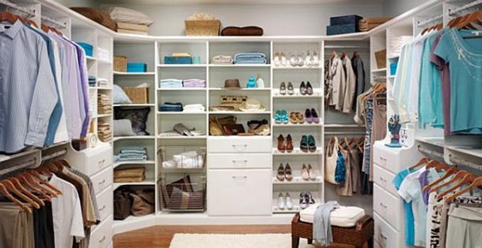 步入式衣帽间设计要点7、考虑灯具的安全性 配置的灯具要保证照明度,还要注意其发热量,最好选择内置灯泡、外加灯罩的灯具,另外还应该考虑开关的位置。 步入式衣帽间设计要点8、做好防潮处理 大多数设计都会把步入式衣帽间设置在与厨房或者卫生间较近的位置,这时就要特别注意防潮。在临近的卫生间或厨房做好防水工作,在衣帽间也要放置防潮剂。 上面就是兔狗小编今天为大家介绍的步入式衣帽间设计要点的相关信息,相信朋友们也都有了一定的了解,希望这篇文章可以帮助到你们喔。如果想要了解更多关于相关信息,请多多关注兔狗家装网。