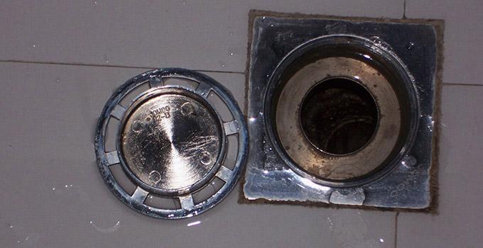 地漏安装步骤四、封严地漏边缝 地漏安装固定好后,需要注意务必将地漏四面的缝隙用玻璃胶或其他粘合剂封严,确保下水管道的臭气无法通过缝隙散发出来。 地漏安装步骤五、地漏安装验收 1、地漏密封芯需能方便取出 安装时,注意水泥砂浆不要将地漏密封芯包住或将密封垫顶住,这样会导致密封芯无法取出或密封垫无法打开。 2、检查地漏排水能力 铺设在厨卫的地砖需沿水平面倾斜于地漏处,地漏安装验收同时也关乎到是地砖铺设的验收。除了要求地漏本身排水性能良好外,整个厨卫地砖区域要求平整,流水要能顺畅流至地漏排掉,不能积水。 对于地