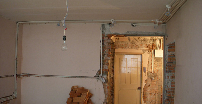电路布线的原则: 虽然电路布线是隐蔽工程,但是也是保持美感,横平竖直是基本要求。 布线的前提 定位基础 开槽开槽决定了布线走向,横屏竖直,避免横向开槽(影响墙的承重),需要横向布线时可以墙面开浅槽(不动到砖墙和混凝土),用绝缘电胶布包裹电线排布。 布线总原则其实定位的时候就已经决定了布线的走向,布线的时候还是有很多讲究,材料上的把握,弯管之类的,一般采用线管暗埋的方式。