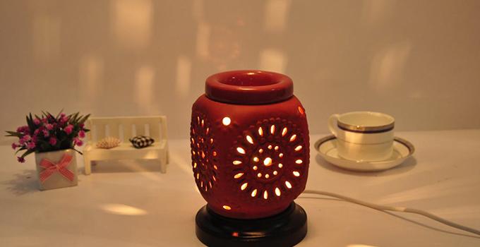 香薰灯怎么用 香薰灯有插电式和点火式的两种。 首先讲讲插电式香薰灯的使用方法吧!插电式香薰灯的使用较为简单,先在油盘里倒入适量清水,然后滴入香精油,再插上香薰灯电源,打开开关或触摸感应,灯亮,过几分钟香味就会发出来了。