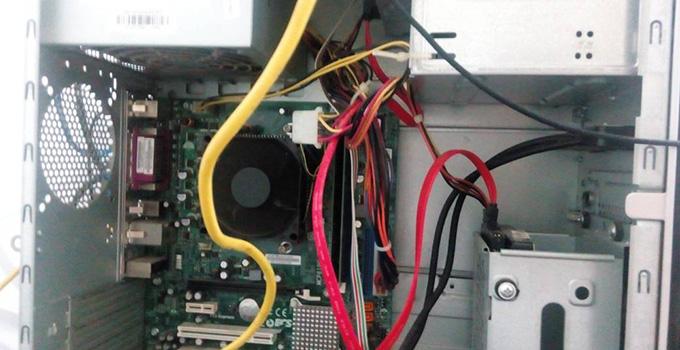 电箱是控制家庭电路的总开关,关系着家庭用电的安全与维修电路的方便等,如果电箱安装不规范,容易引发用电安全事故以及后期维修的麻烦,所以,我们在电路改造施工时要注意电箱的安装,切勿进入安装误区。 去年装修时,由于厨房的电路改造没有设计好,导致现在总有那么一些不方便,该有的插座没有,不该有的却有个插座浪费在哪里,看着心里总是遗憾。下面,我们今天要大家介绍电路改造的施工误区,帮大家不在遗憾电路的不合理改造。 电路改造误区一:只有一个回路 不仅是以前的房子,现在还有很多房子同样存在一个情况,就是家里只有一个回路,