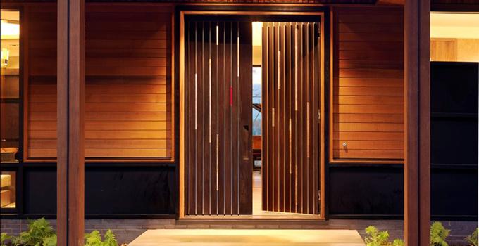 生态木外墙板是什么:   生态木外墙板就是挂在墙体面上的一种建筑材料,而这样的建筑材料是使用生态木制作而成的。使用生态木外墙板不仅可以达到装饰和保温的效果,而且它还具有耐腐蚀、耐高温、抗辐射和抗老化等特点。   生态木外墙板价格:   生态木外墙板价格是10元左右一平方米。外墙装饰板是近几年研发的新型建筑外墙装饰保温一体化材料,也叫山东地平线保温装饰板;该材料由聚酯烤漆或氟碳漆、雕花铝锌合金钢板、聚氨酯保温层、玻璃纤维布复合而成;主要应用于体育馆、图书馆、学校和医院的办公楼、别墅等各种建筑的外墙装饰