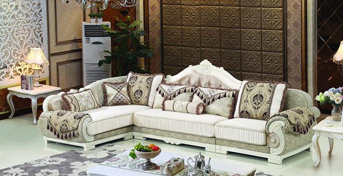 欧式沙发选购注意事项1、根据家中人数的多少来挑选。一般家中人比较少的话可以选择欧式布艺沙发,看上起比较的温馨舒适,有一种轻松之感;如果家中人比较多,就可以选择沙发组合,给人一种整齐有序的感觉,比较有归属感; 欧式沙发选购注意事项2、购欧式沙发的时候应该把关注点放在款式上,欧式沙发价格之所以高,除了材料都是比较好的外,款式造型也占据了一部分的原因; 欧式沙发选购注意事项3、关注细节是很重要的,欧式沙发的细节选购其实是很重要的,一般细节越精致的沙发价格越高,也越能彰显高雅的味道,也能体现主人的品味,所以