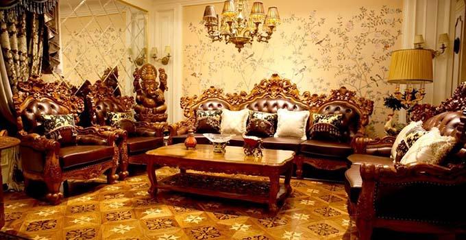 三、适合欧式风格的实木家具木材 据分析人士称,适用于欧式实木家具木材非常多,下面简单介绍下几种常见的实木家具木材。 白橡木:这种实木家具木材多用于欧式家具。橡木的产地很多,马来西亚、印尼、韩国都有,马来西亚的稍差,韩国的最好,好的木头永远是出产在寒冷的地方,热带木材长的快,材质就没有那么好。 桦木:其年轮略明显,纹理直且明显,材质结构细腻而柔和光滑,质地较软或适中。桦木富有弹性,干燥时易开裂翘曲,不耐磨。桦木属中档实木家具木材,实木和木皮都常见。 杉木:其材质轻软,易干燥,收缩小,不翘裂,耐久性能好、