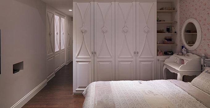 的用料问题。到底卧室用木地板还是瓷砖。   木地板好还是瓷砖好的区别:   1、性能比:地板和瓷砖相比耐磨性并不差,只要是通过了国家质量监督检验的地板耐磨都能达到6000转或者还要高,尤其是现在流行的浮雕面的地板。耐磨性能更好,甚至能达到10000多转以上。瓷砖和地板用的时间长了,都不可避免的会有划痕。   2、舒适度:瓷砖在夏天感觉比较凉快,在冬天就会有种冷冰冰的感觉,和地板比家庭的温馨感就相对差些。尤其是孩子小或者有老人的家庭,现在主流瓷砖都是玻化砖,太滑,老人、孩子容易滑倒,而地板就不象瓷砖那么滑;