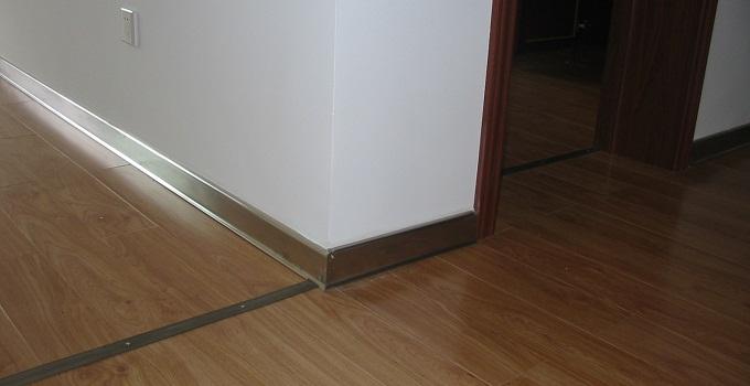 软木地板踢脚线安装方法与验收标准