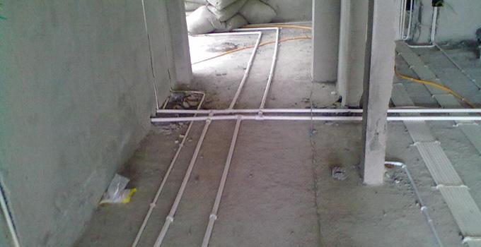 80平米水电改造之卫生间 区域的水电路改造,一般考虑到浴霸、排气扇,灯光的改造,再就是卫生间里的电热水器的明管改暗管的水路及电路线路的一个改造,其中卫生间省钱攻略的关键就是在洗手盆的位置,水管可以选择不改为暗管,因为其表面部分也会有面盆及