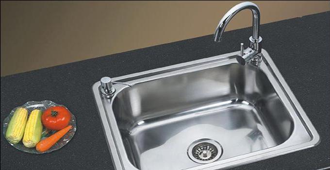 厨房水槽下水管道漏水问题二:水槽栓下面缝隙漏水   解决办法:厨房水槽栓下面缝隙漏水是因为压盖内的三角密封垫磨损引起了龙头的漏水。这时,将厨房龙头的螺丝转松取下拴头,然后把压盖弄松之后取下来,接着将压盖内侧三角密封垫取出,换上一个新的就可以了。   厨房水槽下水管道漏水问题三:接管接合处漏水   解决办法:厨房水槽接管接合处漏水可能是龙头的盖型螺帽松掉,重新拴紧盖型螺帽或者更换一个新的U型密封垫就能解决。   兔狗小编总结:若上述的解决方法还是不能够奏效,依旧有厨房水槽下水管道漏水的情况,那么就不要