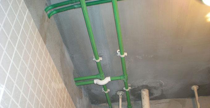 水路改造七大误区第三大误区:冷热水管不分色 许多人对水管选择不是很注意,挑选的时候经常遇到有红色和蓝色两种标记的水管。为了方便,消费者往往会只选择一种颜色的水管。到了维修水管是才发现很难找到对应的水管。 小妙招:对于水管的挑选首先要明确水管的颜色,对冷热水管路进行分色套管处理,所有热水管均为红色,冷水管均为蓝色,明确地分色选择水管便于施工检查及维修区分。如果难以分色的话,那一定要注意冷、热水管的安装方向(如,冷水管置左,热水管置右)。 水路改造七大误区第四大误区:所有水管都可接热水 现在市面上销售的许