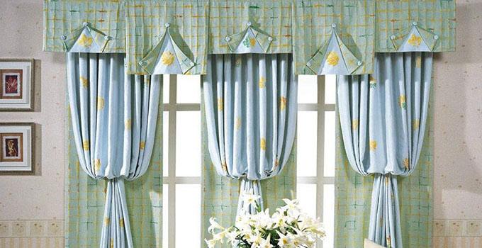 窗帘的种类和风格 窗帘一般分为五大类。第一类是平开帘,更官方一点的说法是开合帘,就是那种沿着轨道平行移动的窗帘。一般第一类窗帘有那种比较具有宫廷气息的华丽型也有素色小花装点的淡雅型,大家可以根据装修风格来进行合适地搭配。第二类叫做升降帘,顾名思义就是那种通过绳子来牵引着上下移动的窗帘,它也叫做罗马帘。纱制的罗马帘是比较常见的,因为它不需要用来遮挡强光,通常用于咖啡厅或者书房这些比较典雅大气的场所,更为精致美丽。除了以上两类之外,窗帘还有比较常见一点的卷帘、百叶帘和遮阳帘。 选择窗帘的小技巧 除了最基本的