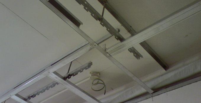 固定吊挂杆件。用冲击电锤在顶板上打孔,安装膨胀螺栓,吊杆的一端同L30x30x3角码焊接(角码的孔径应根据吊杆和膨胀螺栓的直径确定),另一端与螺纹杆焊接,制作好的吊杆应作防锈处理。不上人吊顶,吊杆长度小于1000mm时,可采用叻的吊筋;大于1000mm时,应采用娜的吊筋。上人吊顶,吊杆长度小于1000mm时,可采用娜的吊筋;大于1000mm时,应采用叫的吊筋。安装吊杆时还应注意:吊挂杆件应通直并有足够的承载力,当杆件需要接长时,必须搭接焊牢,焊缝要均匀饱满;吊顶灯具、风口及检修口等处应增设吊杆。 轻钢龙