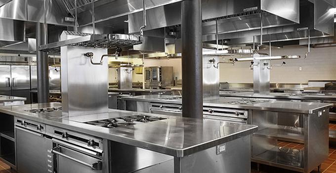 小饭店厨房设计要点二、通风设施   由于小饭店厨房的面积有限,而一般的小饭店都是烹饪的中餐,在烹饪的时候油烟味或是一些刺激性的味道,所以在小饭店厨房设计中通过性特别重要。可以采用大功率的抽烟机或是强力排风扇这样功能的排风设施,能够让整个厨房的空间保证干净清爽,使厨房的气味也能消散得更快。   小饭店厨房设计要点三、整个空间采用冷色调   对于厨房来说,墙壁应该选用耐脏、易于清洗的材质,一般的厨房中都是使用