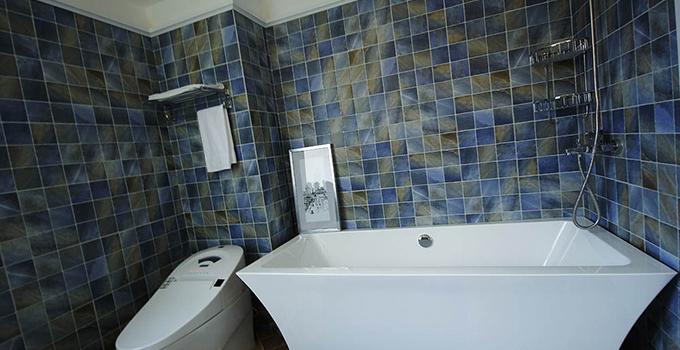 与传统的手绘墙不同,卫生间防水墙贴的图案是已经