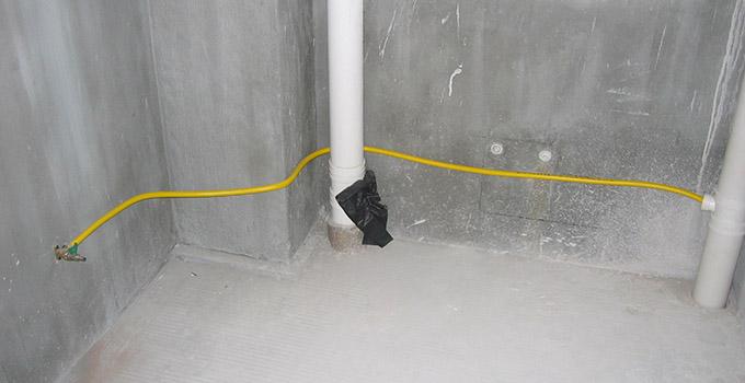 1、验房问题之维修承诺问题:  首先与开发商确定如果验房时发现了问题,开发商承诺在多长时间内进行修缮和业主与开发商需要签订哪些维修单之类的单据。 2、验房问题之水路、电路和天然气问题: 如果发现水、电路问题要详细在验楼单上予以注明。由于上述问题造成业主不能收楼的,要在验楼单上详细注明不予收楼的原因并要求开发商签字,盖章。 3、验房问题之上、下水问题: 上、下水不通问题在验房时也比较常见,应要求开发商检查后说明导致问题的原因。在问题解决后再行收房。 4、验房问题之户型问题: 验房时发现所