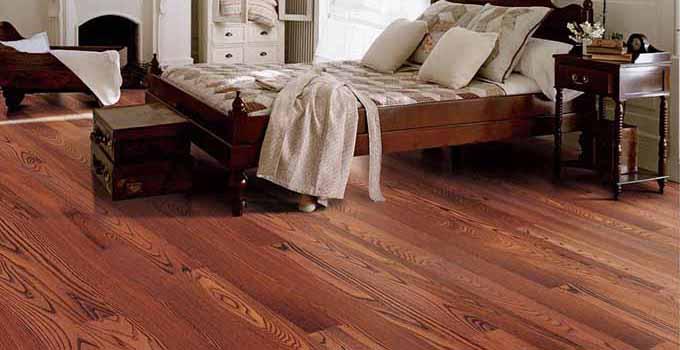 实木地板安装步骤三:锯地板 把基础工作做完之后,接下来就开始安装实木地板了。先要把一部分的地板从中间锯开,当然,这个锯地板的位置是有些讲究的: 第一,要选择一些不太好的实木地板进行一分为二,这样能把不好的给处理掉,增加利用率。 第二,实木地板在锯开的时候,漫天飞洒的尘埃肯定会落在每一处,所以需要选择一个容易清洁的地方进行操作,这样可以保证实木地板安装后的清理工作。 实木地板安装步骤四:留有伸缩缝 地板是有膨胀率的,所以安装的时候,要留一些的空间缝隙,为实木地板的膨胀空出位置。 实木地板安装步骤五:踢