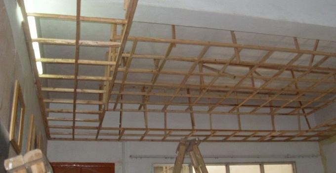 吊顶又称顶棚,天花板,是我们日常生活中非常常见的一个装修工程中的子项目。由于吊顶具有保温、隔热、隔声、吸声的优良作用,又是电气、通风空调、通信和防火、报警管线设备等工程的隐蔽层。所以我们在家庭装修中,安装吊顶之前非常重要的一环则是进行吊顶基层施工。   一、吊杆、龙骨的安装间距、连接方式应该符合设计要求,金属吊杆、龙骨、后置埋件应该进行防腐或防锈处理。   二、纸面石膏板上露出的钉头应该点防锈漆。   三、木制吊杆、木龙骨、造型木板和木制饰面材料应进行防腐、防火、防蛀处理。   四、尽量避免因安装不