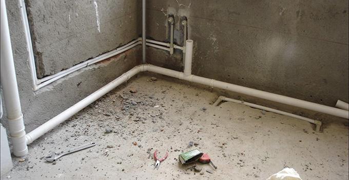 二手房水管改造难题破解 水管改造是房屋整体装修中的重头戏,然而二手房的管线分布一般缺乏合理性,而且厨房、卫生间的水管局限了位置,一旦更改不仅需要更换大部分管材,还需要合理分割空间位置,这时对水管的改造,一定要慎之又慎,下面小编就开始演示改造过程,认真掌握以下步骤二手房水管改造难题就迎刃而解。 1、施工前需检查原有的管道是否畅通,然后再进行施工,施工后再检查管道是否畅通。隐蔽的给水管道应经通水检查,新装的给水管道必须按有关规定进行加压试验,应无渗漏,检查合格后方可进入下道工序施工;排水管道应在施工前对原有
