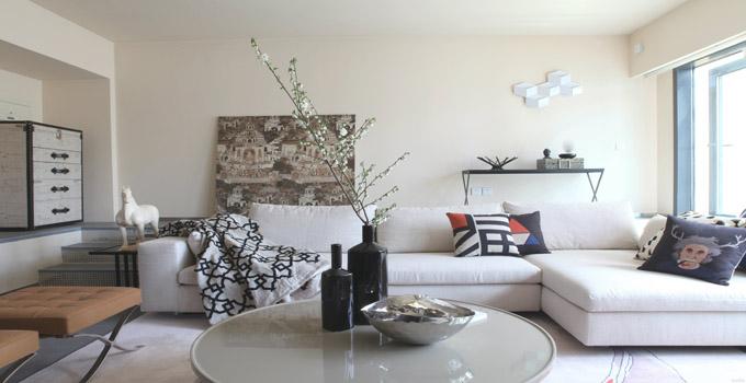 四、简约装修风格的家具 简约装修风格的家具以实用简单为主,注重其功能性,颜色简单,造型独特,也会加上金属、玻璃的装饰,凸显特色也时尚感,如今是上策棱角分明线条笔直的家具成为了简约装修风格中的抢手货,当然,在其他许多风格中,也是十分适用的。 五、简约装修风格的装饰 不同于时下流行的轻装修,重装饰的装修理念,在简约装修风格中,装饰品并不多,但一定造型独特,那些简单而别致的装饰品一定是简约装修风格的最爱。 上面就是兔狗小编介绍的简约装修风格的相关知识,时尚简约装修风格对设计师来说是一个比较大的考验,所以选择