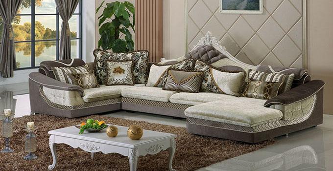 欧式风格典雅而浪漫,日益受到注重生活品质的人们的青睐。布艺欧式家具沙发特色显著,与中式沙发形成了鲜明的区别。从细节上来看,布艺欧式家具沙发有哪些特点呢? 布艺欧式家具沙发特色一:讲究装饰 不管是古典还是新古典家具,常可看到各式绣布、流苏及铆钉等装饰品。