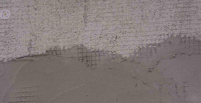 根据找平控制线沿墙四周抹灰饼,灰饼大小一般为5x5cm大小,横竖间距为