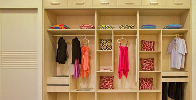与开放式由于会客的客厅选择明亮的吊顶日光灯不一样,私密性用于休憩的卧室在灯光的选择上,一般会较大程度地倾向于柔和的橘黄色灯。这样一来,房间呈现出淡淡的橘黄色。整体色泽柔清新,时尚而优雅。精致的宽框和细腻的纹理,极具特色的装饰线,在造型设计上既突出凹凸感,又有优美的弧线。从简单到繁杂、从整体到局部,都透露出丰富的艺术底蕴,优雅、和谐、舒适、浪漫。 欧式经典:深棕色+红棕色