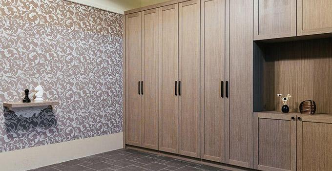 Tips3:壁柜的隐蔽杂乱性设计 家中需要遮挡的地方很多,壁柜门是不占用空间的理想选择。不同材质的透明程度不同,要考虑各区域的透光问题。 Tips4:壁柜门的设计注意事项 壁柜轨道的安装座柜体的时候一定要事先为轨道预留尺寸,上下轨道预留尺寸为折门8cm、推拉门10cm。