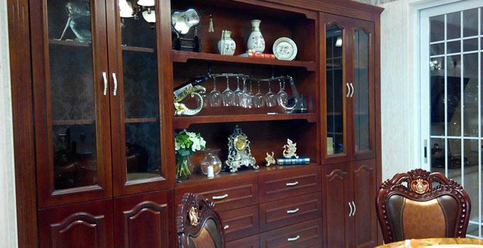 没关系,你可以在家设计这种小型的整体酒柜,虽然没有大型的那么气派