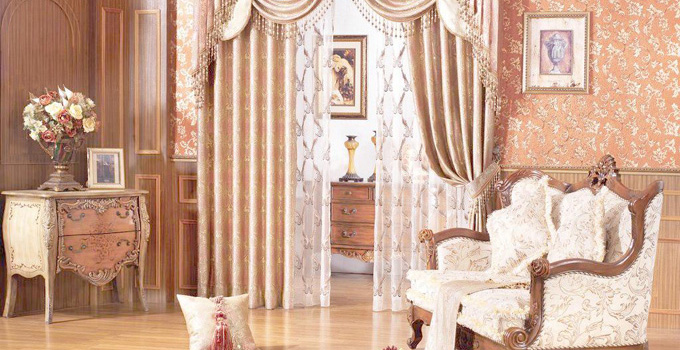 二、如何装饰欧式风格的窗帘 1、窗帘的质地:欧式风格的家居一般大厅宽敞,窗户比较高大,这样选择的窗帘应该更具有质感,比如考究的丝绒,真丝,提花织物。可以选用质地较好的麻制面料,颜色和图案也应偏向于跟家具一样的华丽,沉稳。暖红,棕褐,金色都可以考虑。另外一些装饰性很强的窗幔以及精致的流苏会起画龙点睛的作用。 2、窗帘的颜色:欧式风格的窗帘,多选用金色或酒红色这两种沉稳的颜色作面料,显示出家居的豪华感。有些布艺设计师会运用一些卡奇色、褐色等做搭配,再配上带有珠子的花边配搭增强窗帘的华丽感。面料选材上会多运用