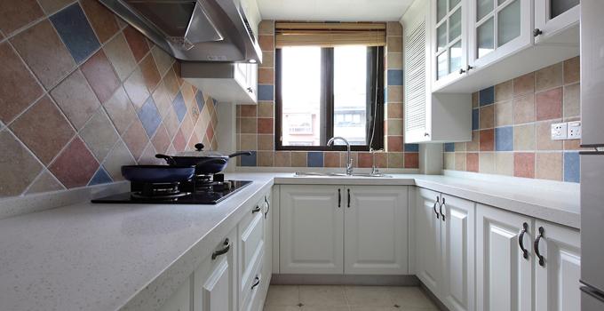 推荐三:一字型的厨房设计方案 将工作区安排在两边平行线上。在工作中心分配上,常将清洁区和配膳区安排在一起,而烹调独居一处。如有足够空间,餐桌可安排在房把所有的工作区都安排在一面墙上,通常在空间不大、走廊狭窄情况下采用。所有工作都在一条直线上完成,节省空间。但工作台不宜太长,否则易降低效率。在不妨碍通道的情况下,可安排一块能伸缩调整或可折叠的面板,以备不时之需。 推荐四:5平米L型的厨房设计方案 将清洗、配膳与烹调三大工作中心,依次配置于相互连接的L型墙壁空间。最好不要将L型的一面设计过长,以免降低工作效