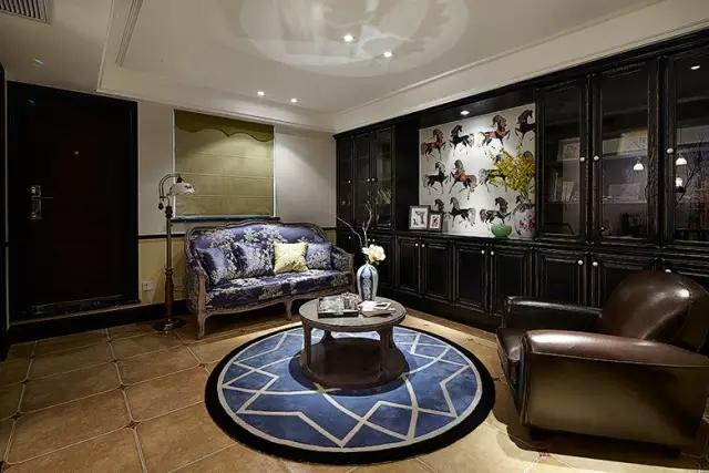 對于采光不好的客廳,那種樣式復雜、深色系的家具絕對是最大的障礙,它不僅會讓小伙伴們感覺堵在家的客廳里,而且會讓本來就陰暗的客廳變得更加壓迫。  選擇體積小、顏色淺的家具可以緩解壓迫感,可以讓本身就陰暗的客廳變得稍微明亮一些,淺色可以顯得寬敞,還可以提高室內的亮度,這樣不就達到目的了。