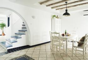 白色地中海餐厅楼梯设计